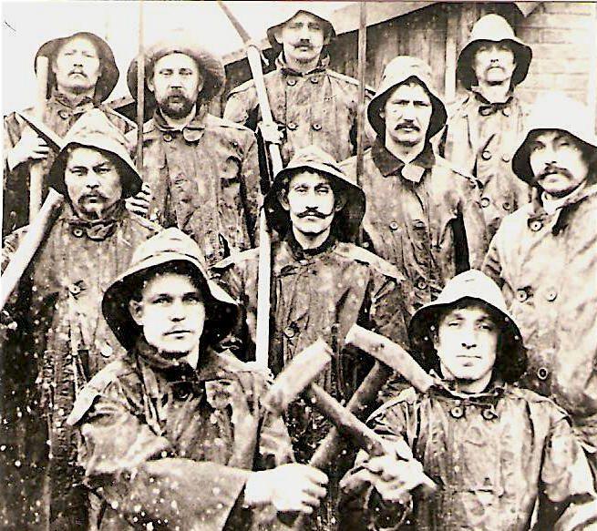 Bergleute aus Volpriehausen posieren mit ihren Werkzeugen - Kali-Bergbaumuseum