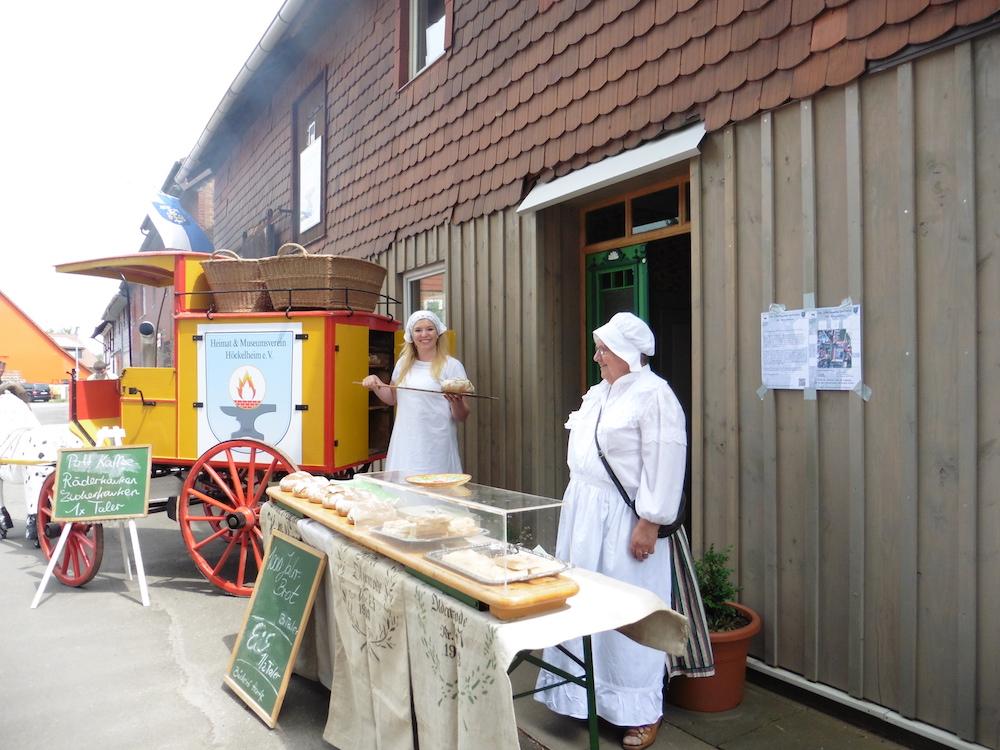"""Mobiler Bäckerwagen vor dem Dorfmuseum """"Zur Schmiede"""" in Höckelheim – Museen Südniedersachsen"""