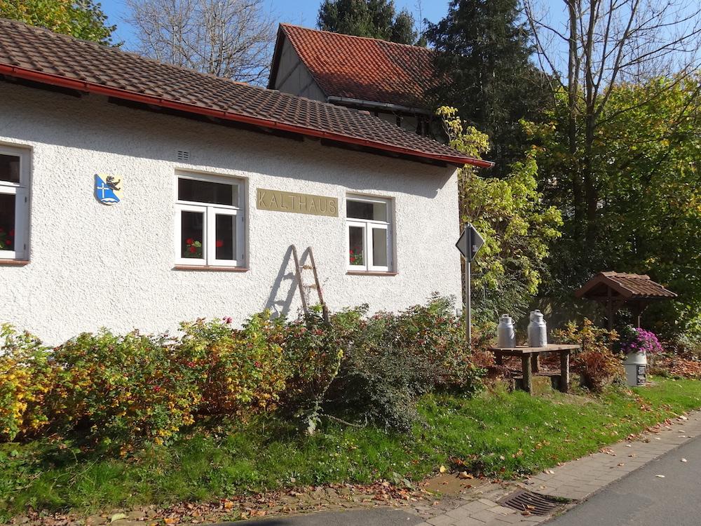 Milchbock vor dem alten Kalthaus, Ahlshausen-Sievershausen - Heimat.Museum.Südniedersachsen