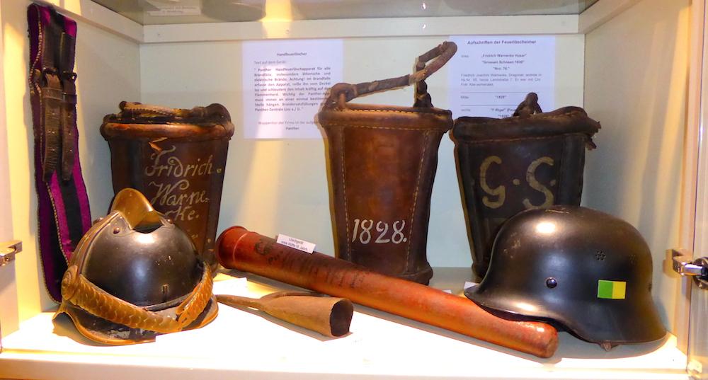 Lederne Feuerwehrhelme und Löscheimer aus dem 19. Jahrhundert – Heimat.Museum.Südniedersachsen