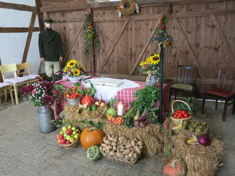 Geschmückter Altar beim Erntedankgottesdienst in Wulften 2017 – Heimat.Museum.Südniedersachsen