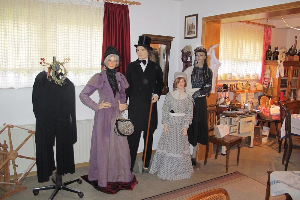 Historische Kleidung in der Heimatstube Wulften – Heimat.Museum.Südniedersachsen