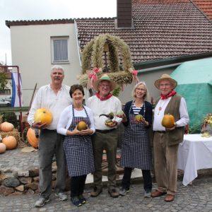 Das Team des Meierhof freut sich über die Erntedankkrone – Heimat.Museum.Südniedersachsen