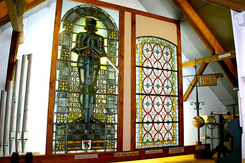 Restaurierte Kirchenfenster in der historischen Sammlung Groß Schneen – Heimat.Museum.Südniedersachsen