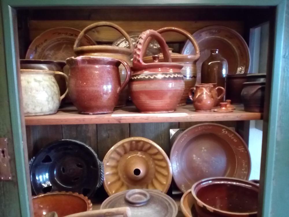 Haushaltsgegenstände aus Keramik im Keramik.um Fredelsloh – Heimat.Museum.Südniedersachsen