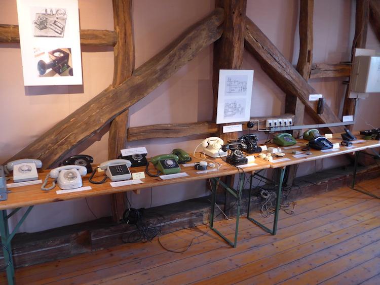 Telefone in der Ausstellung Fernmeldetechnik früher und heute im Steinarbeitermuseum Adelebsen