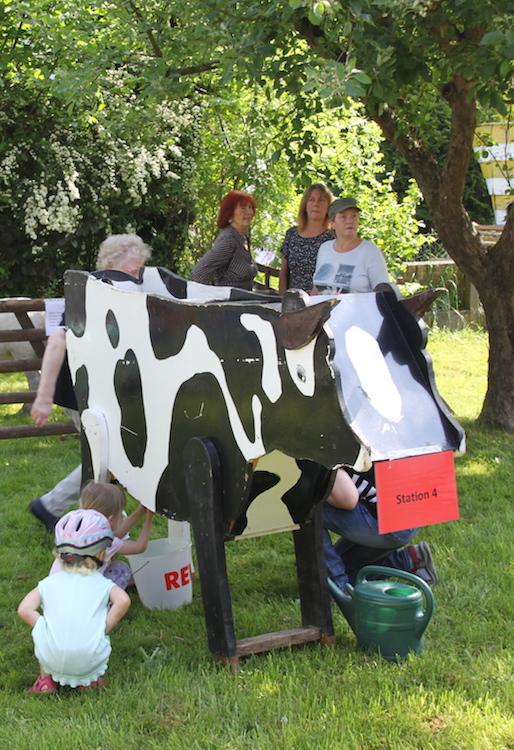 """Kuh melken beim Parcours """"Landwirtschaft für kleine Hände"""" der Landfrauen in Hattorf."""
