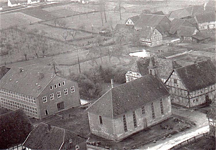 Luftbild von St. Nikolai in Groß Schneen, 1957.