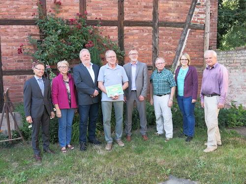Feierliche Übergabe des LEADER-Förderbescheids an den Vereinsvorstand im Juni 2018. Foto: Heimat- und Geschichtsverein Wulften.
